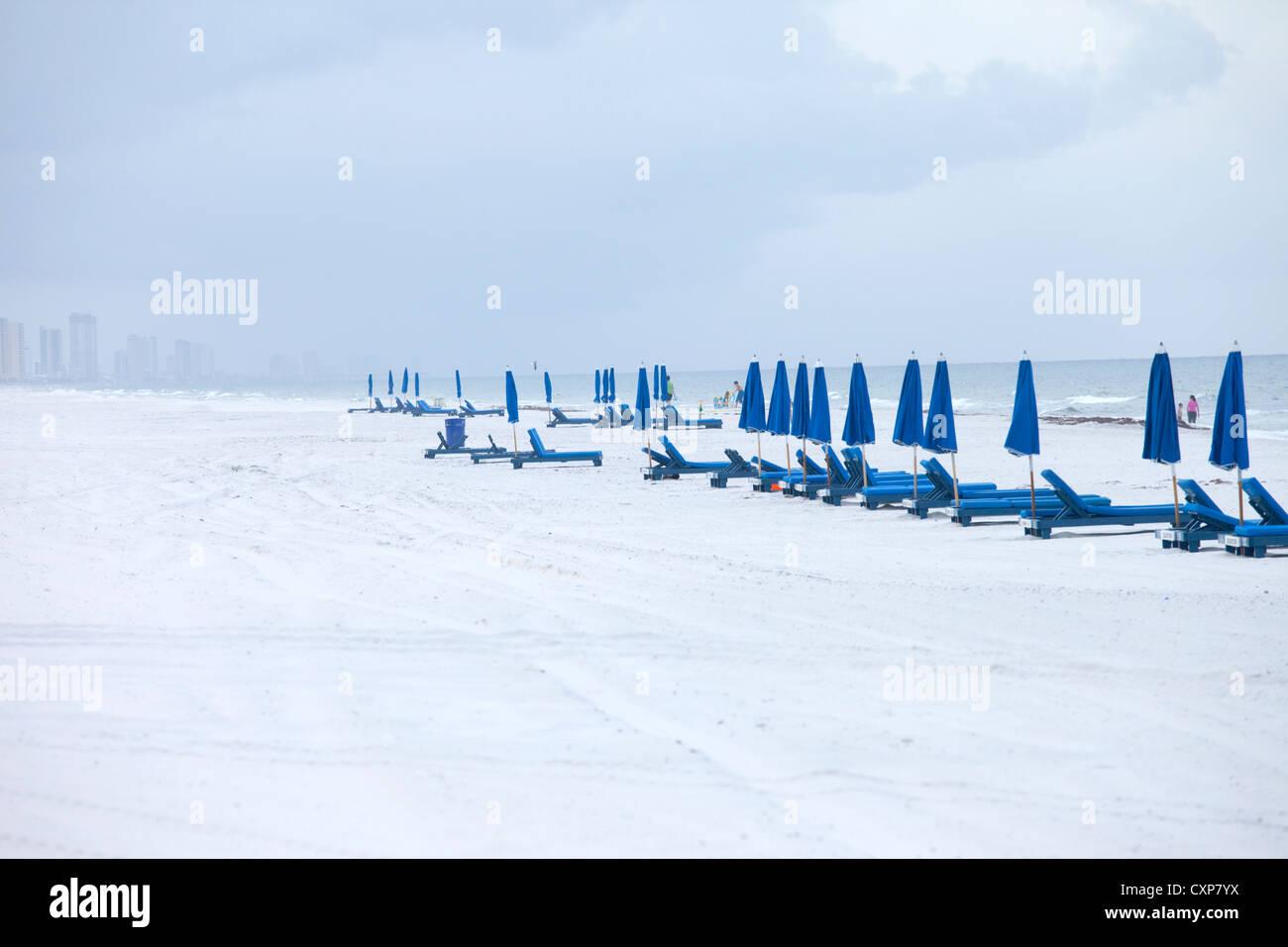 Liegestühle und Sonnenschirme am Strand im Winter, Panama City, Florida Stockbild