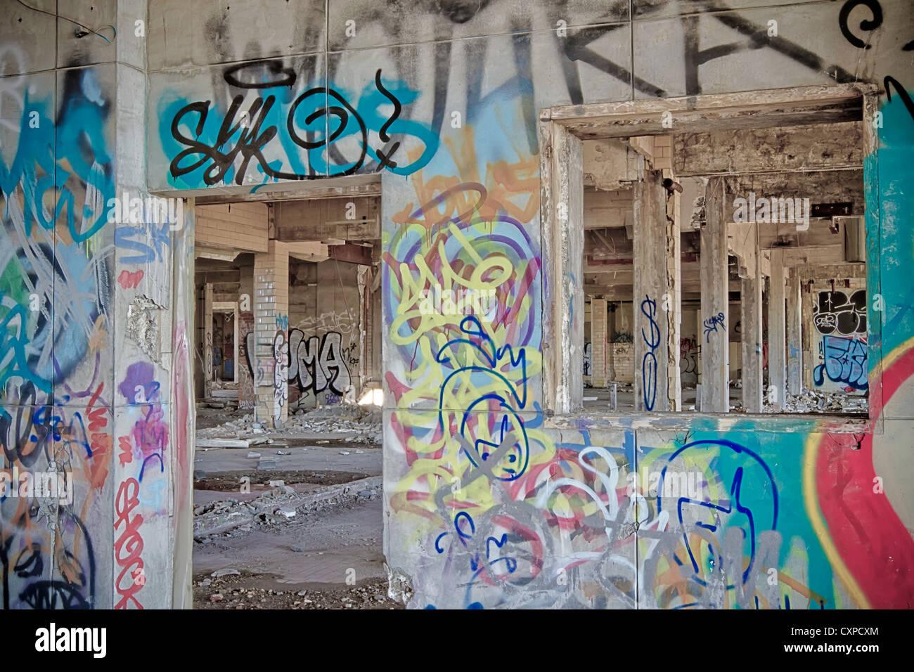 graffiti auf der innenseite einer verlassenen fabrik in detroit michigan die k nstler haben die. Black Bedroom Furniture Sets. Home Design Ideas