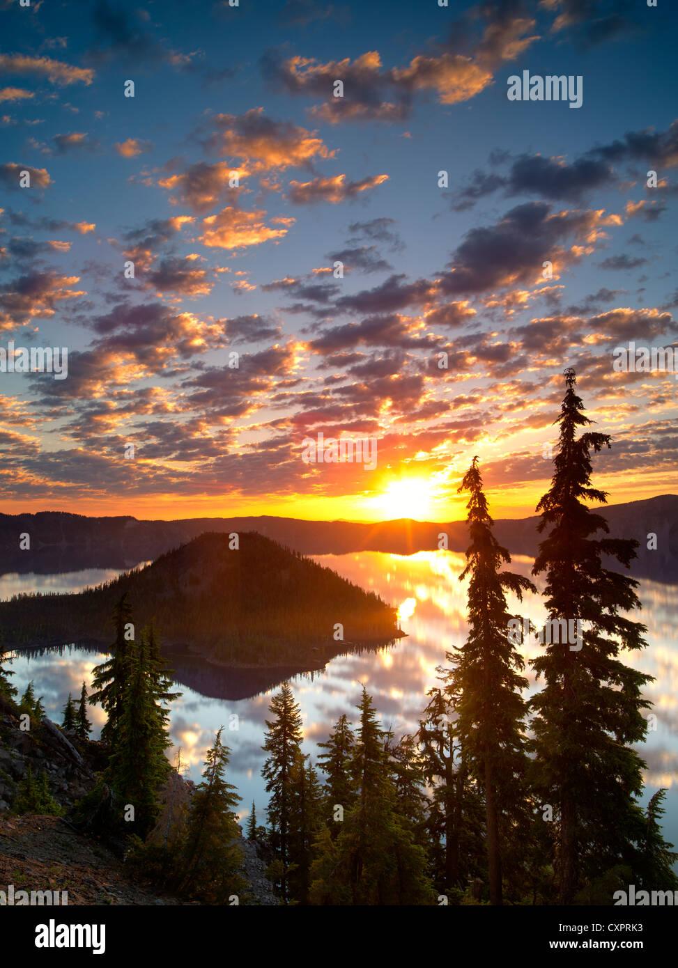 Sonnenaufgang am Kratersee mit Wizard Island. Crater Lake Nationalpark. Silhouette, Oregon Reflexion, Sonne, Wald, Stockbild