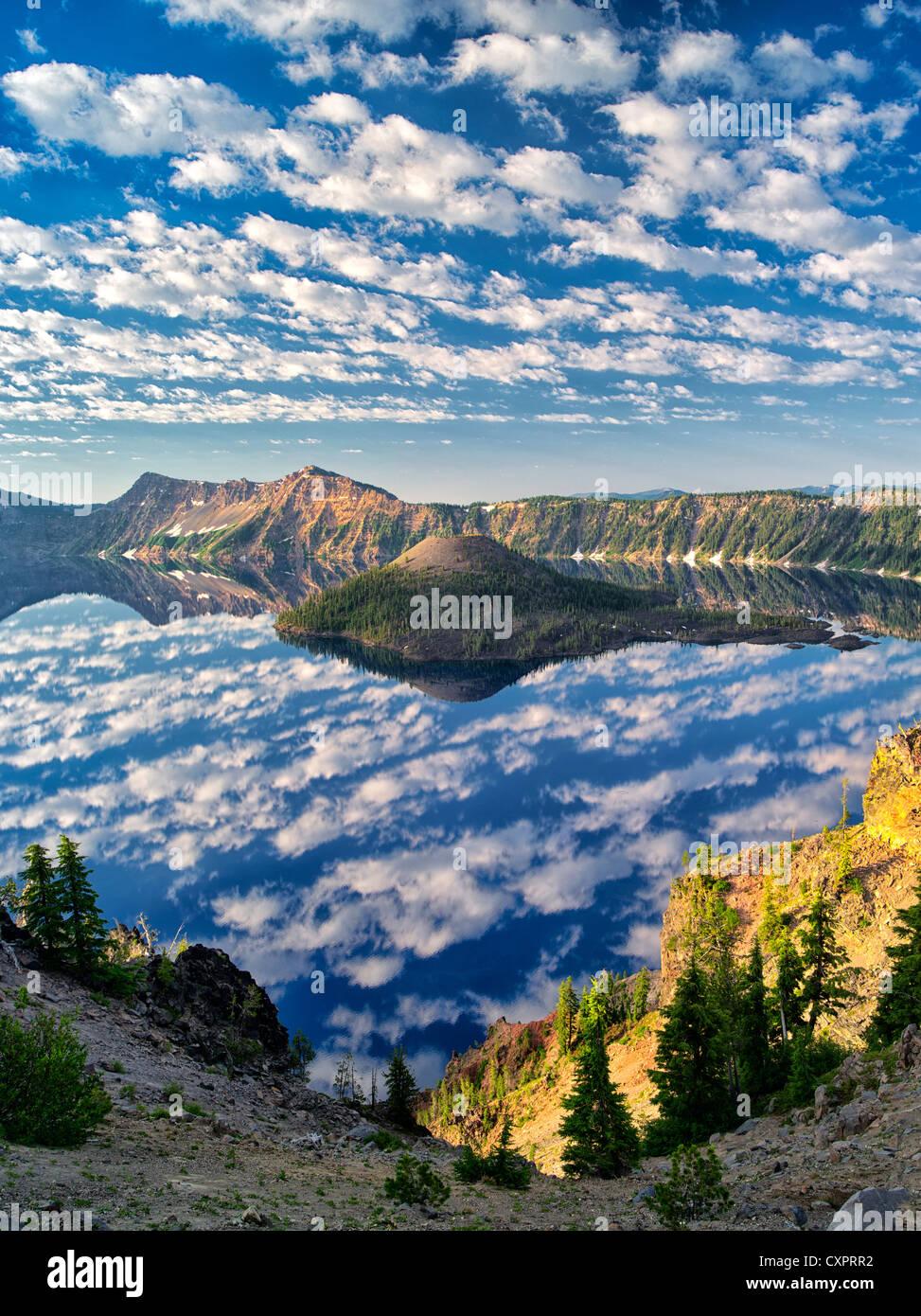 Geschwollene Wolke Reflexion, Kratersee und Wizard Island. Crater Lake Nationalpark, Oregon Stockbild