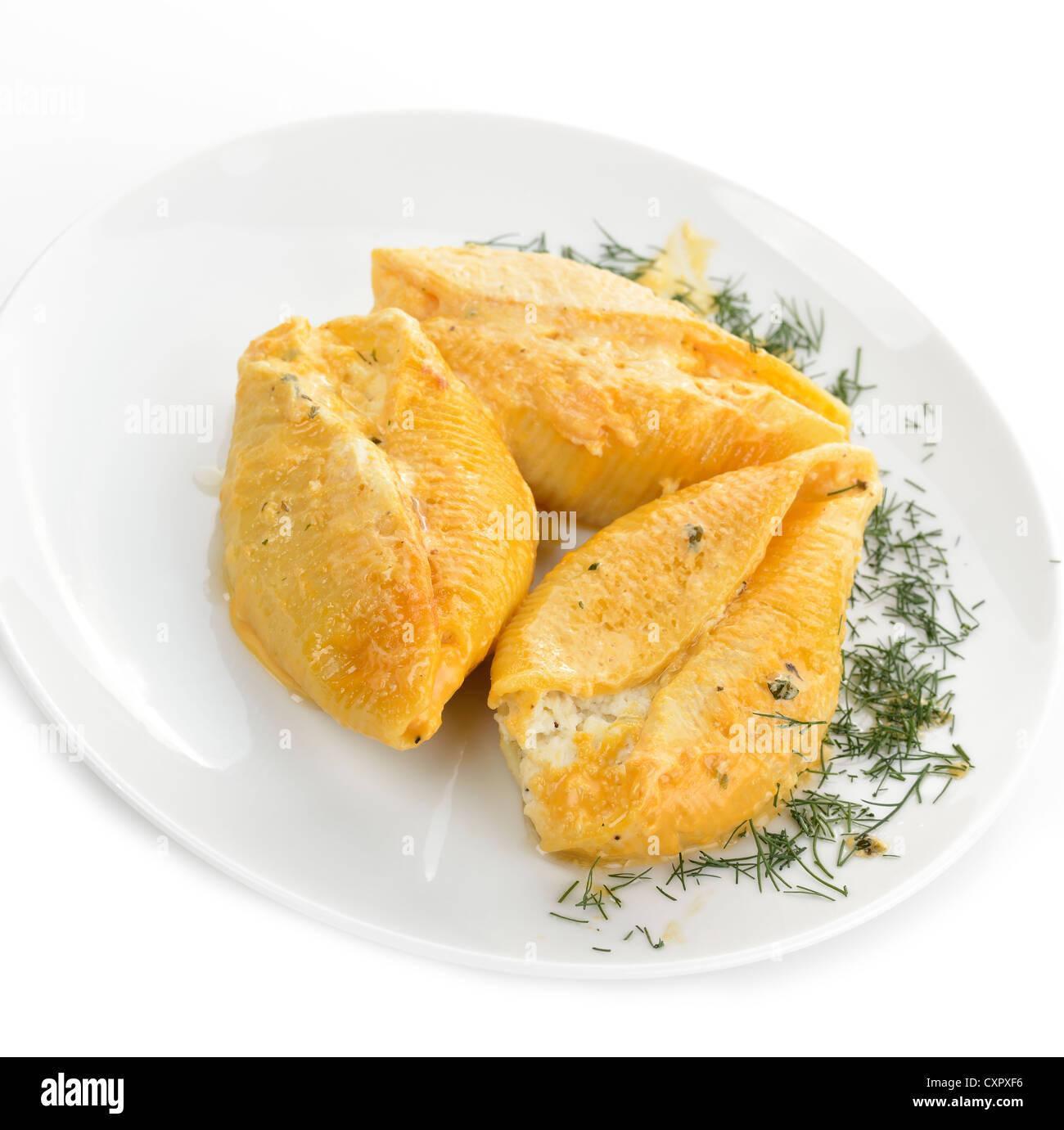Großen Pasta Shells gefüllt mit Ricotta, Mozzarella und Parmesan-Käse. Stockbild