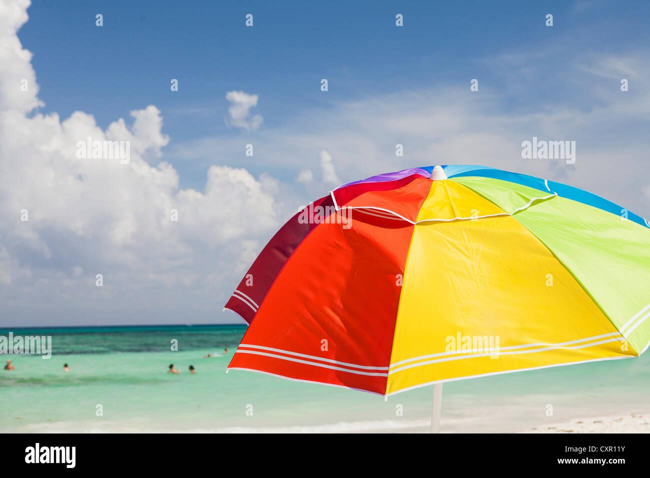 Hellen Sonnenschirm am Playa Del Carmen, Quintana Roo, Mexiko Stockbild