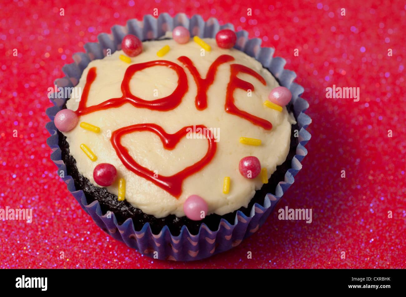Hausgemachte Kuchen Mit Grun Das Wort Liebe In Roten Glasur