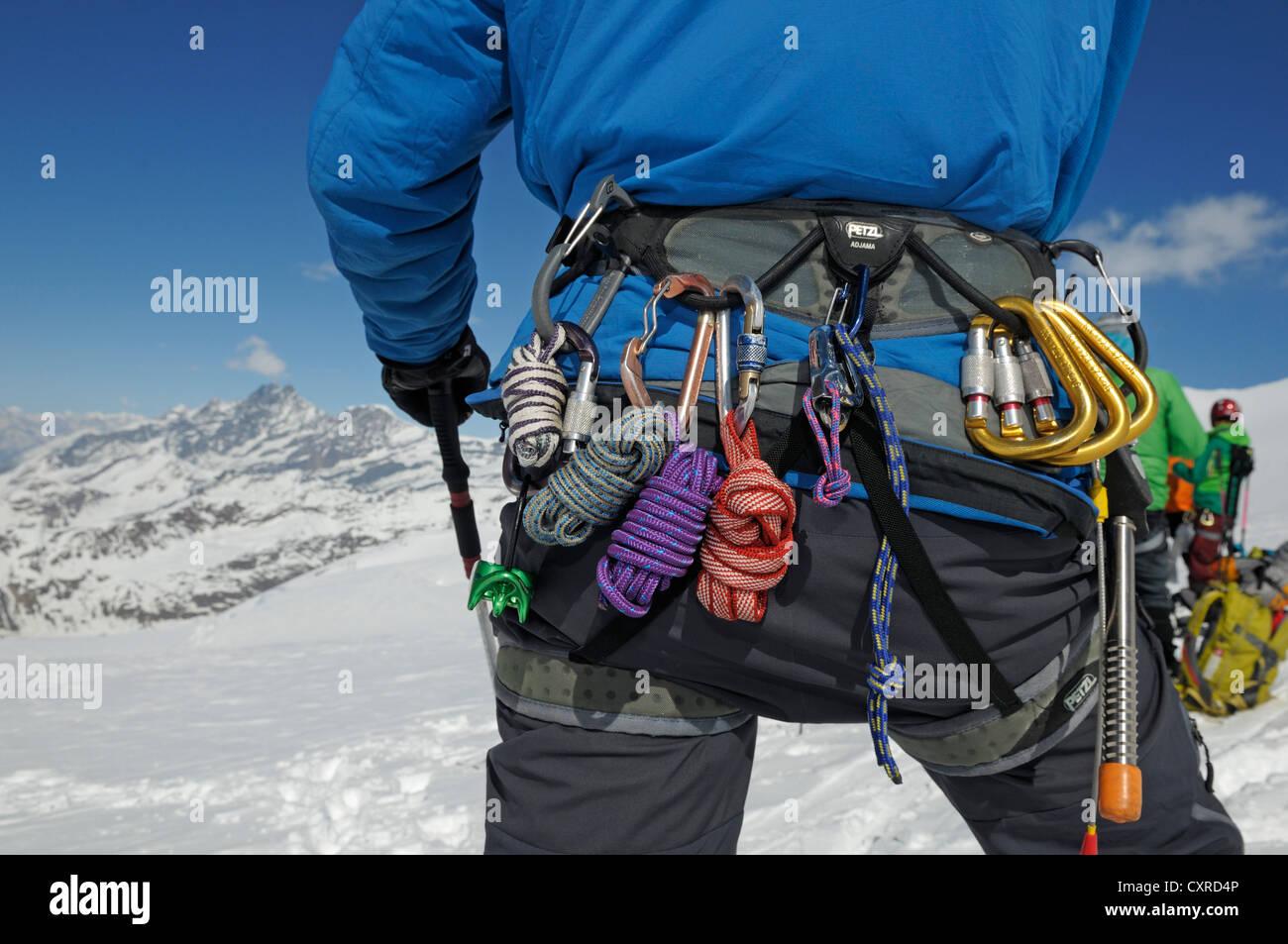 Kletterausrüstung Zermatt : Gletscher die kletterausrüstung an einem gürtel zermatt wallis