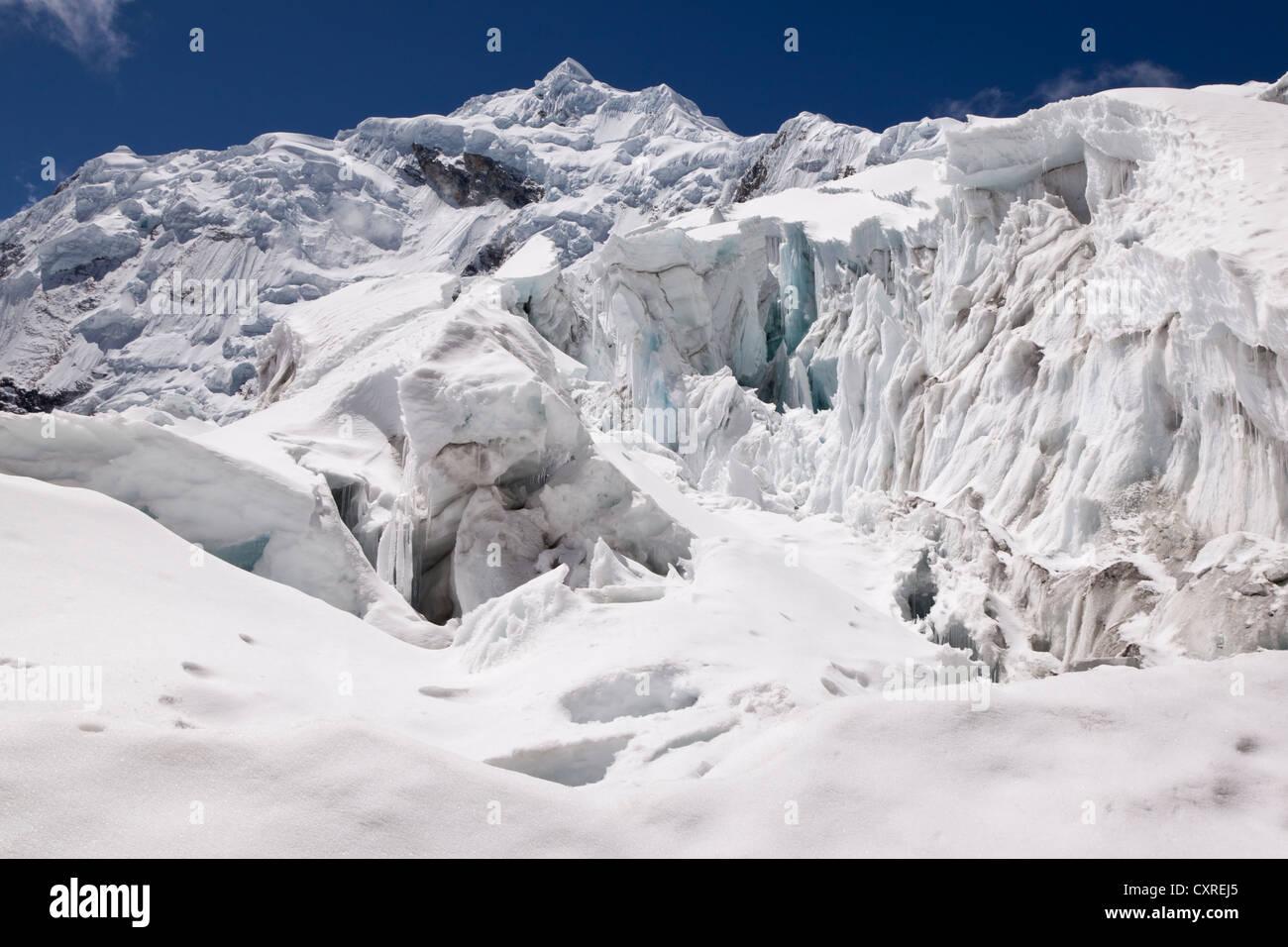 Eisfall vor dem Gipfel des Nevado Chopicalqui Berg, Cordillera Blanca Bergkette, Anden, Peru, Südamerika Stockbild