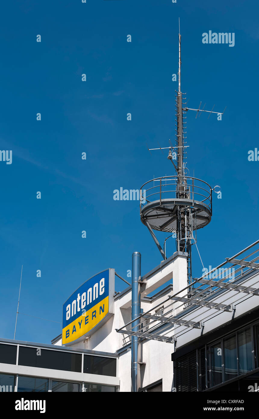 """Das Logo der private Radiosender """"Antenne Bayern"""" auf eines Geschäftshauses in in der Nähe von Stockbild"""