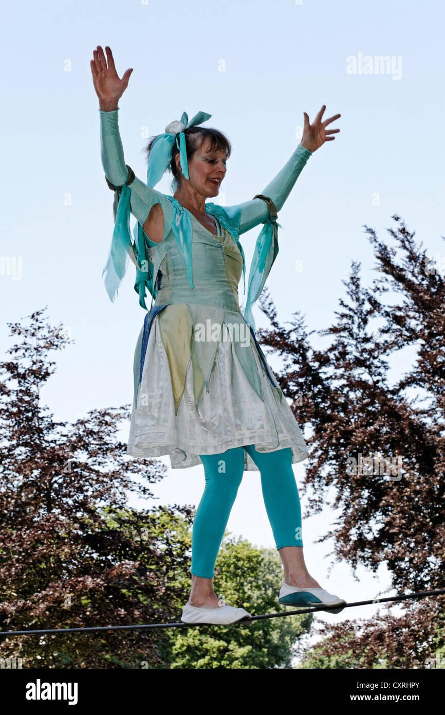 Künstler Krefeld künstler balancieren auf dem hochseil seil in tracht tanzen seil