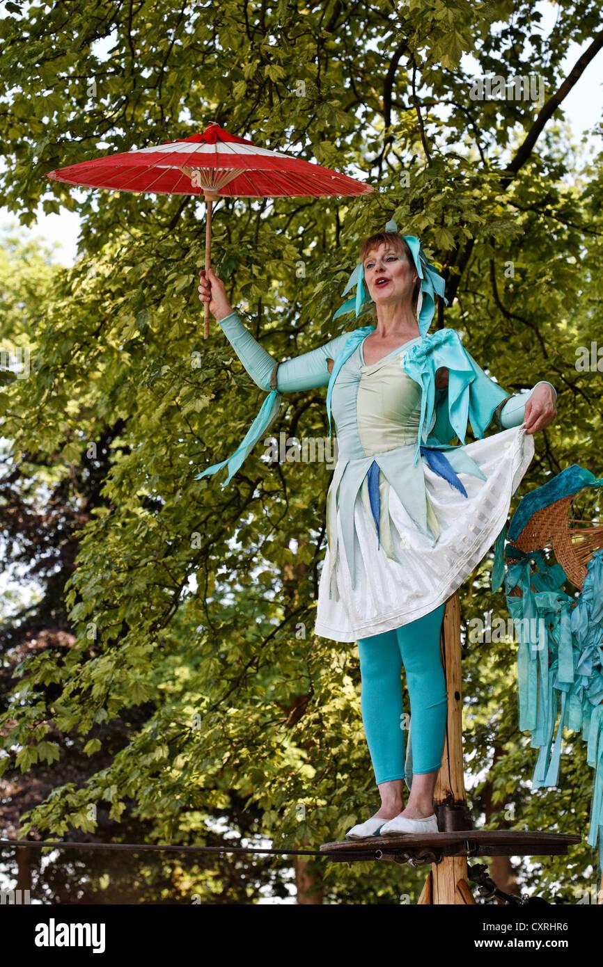 Künstler Krefeld künstler auf dem hochseil seil in tracht tanzen seil theater