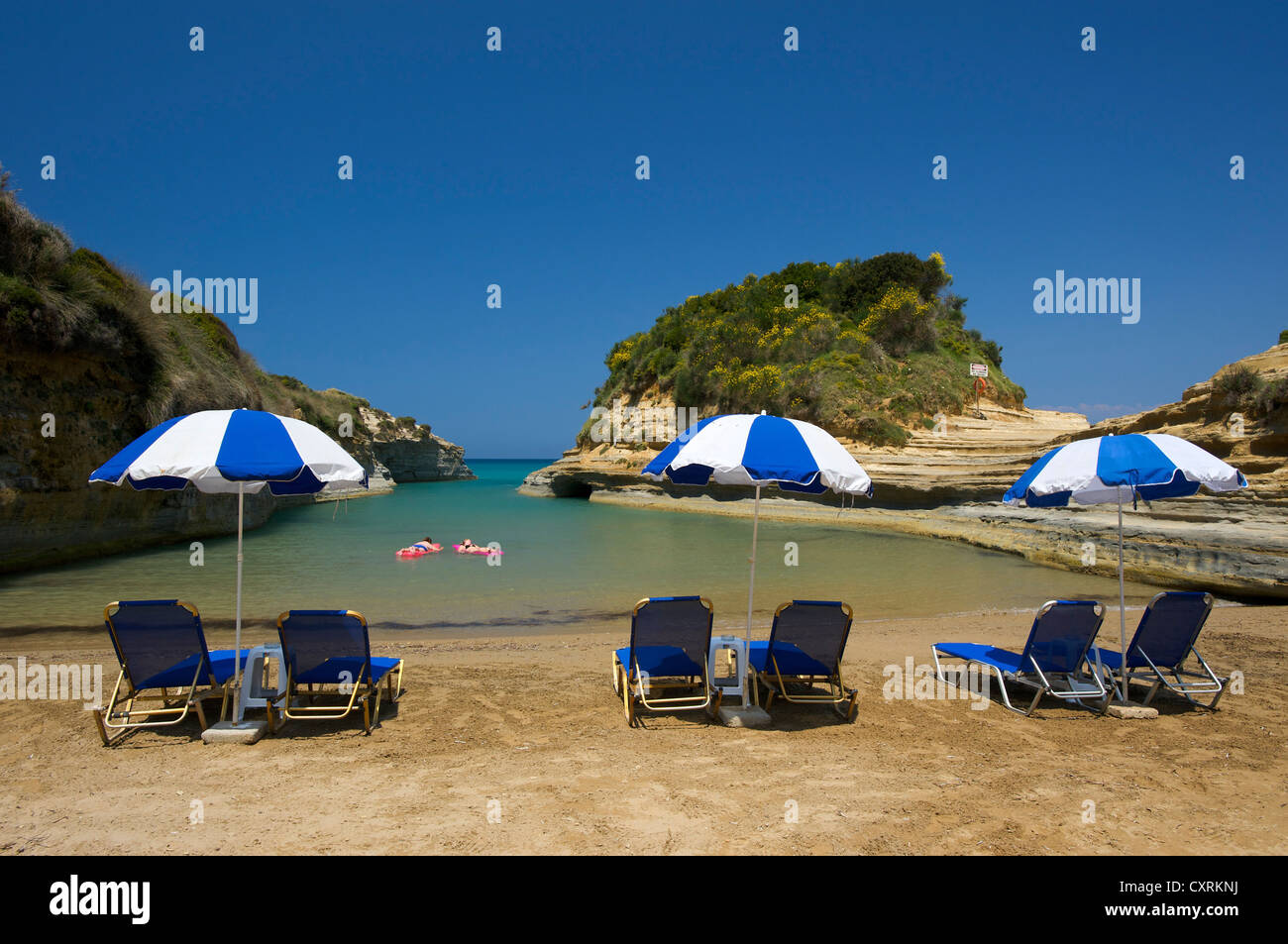 Deck liegen und Sonnenschirme am Strand, Canal d ' Amour, in der Nähe von Sidari, Korfu, Ionische Inseln, Stockbild