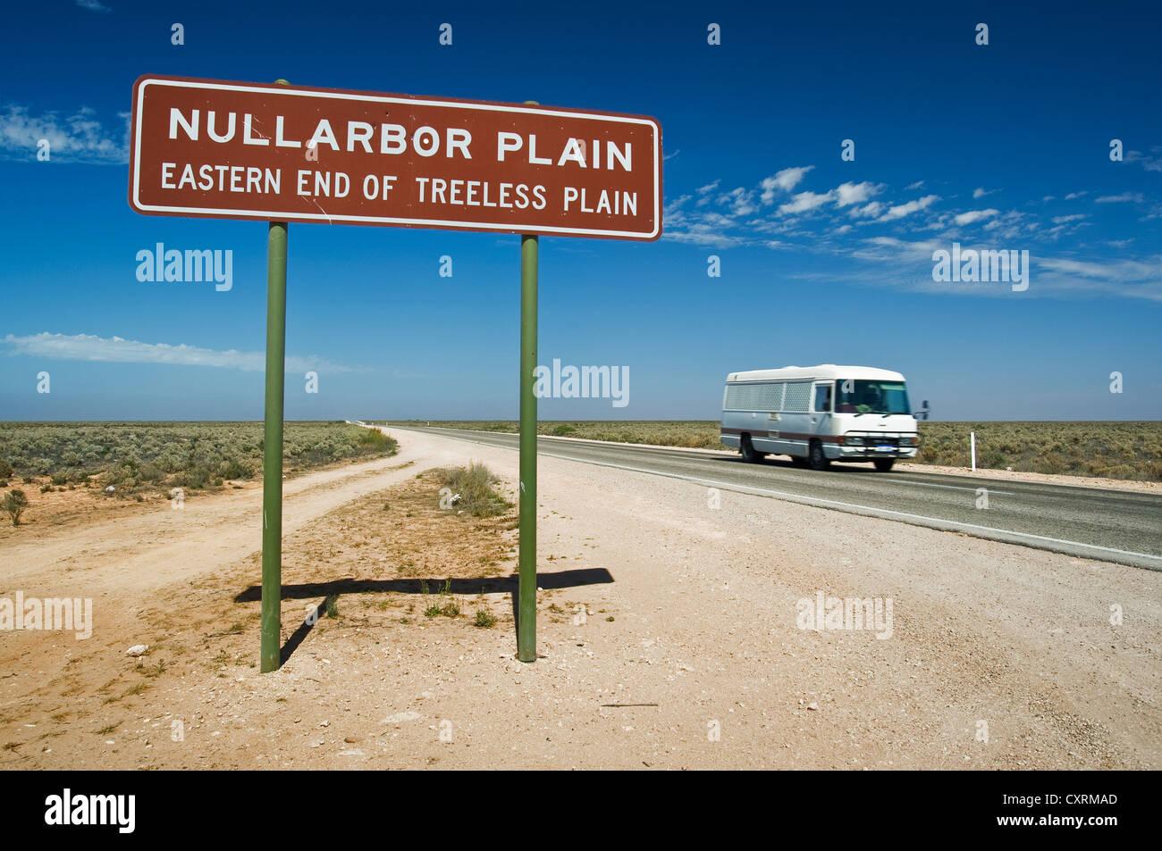 Nullarbor Plain Straßenschild am Eyre Highway. Stockbild