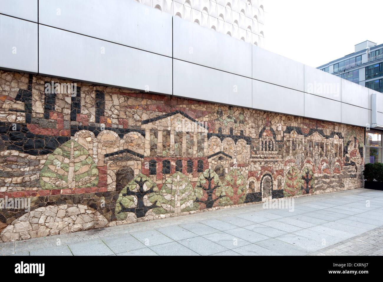 Wandrelief am Fuße von einem Hochhaus, Prager Straße, Dresden, Sachsen, Deutschland, Europa, PublicGround Stockbild