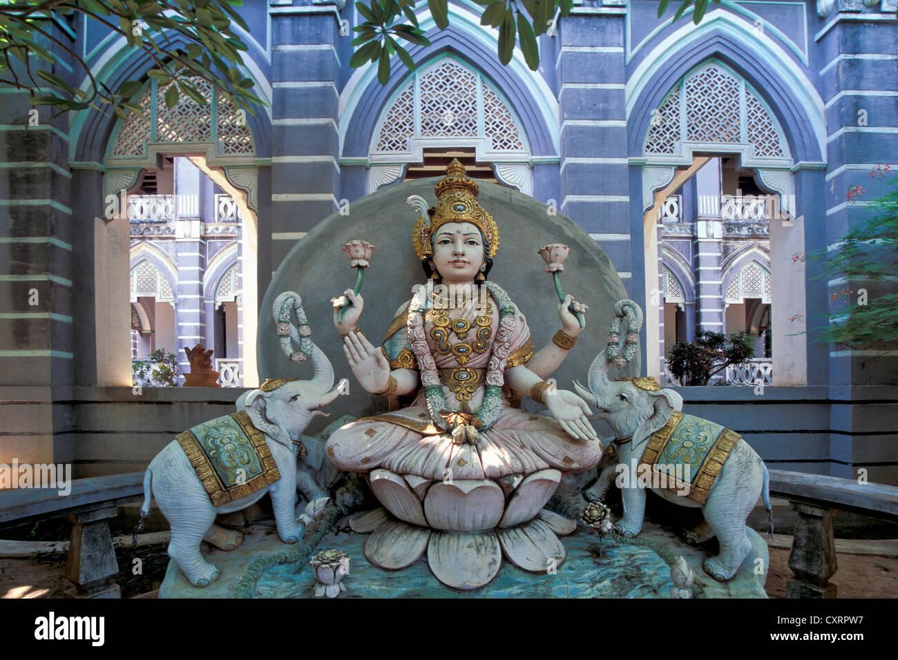 Laxmi oder Lakshmi, die hinduistische Göttin steht für Glück, Schönheit, Harmonie und Wohlstand, flankiert von zwei Stockfoto