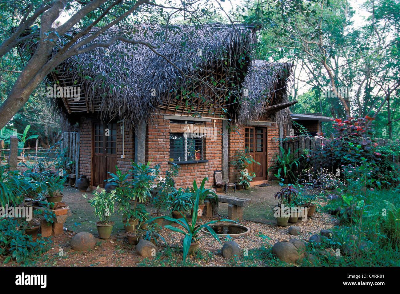 Alternative Architektur, Haus und Garten, Auroville, experimentelle Township, futuristisch, in der Nähe von Stockbild