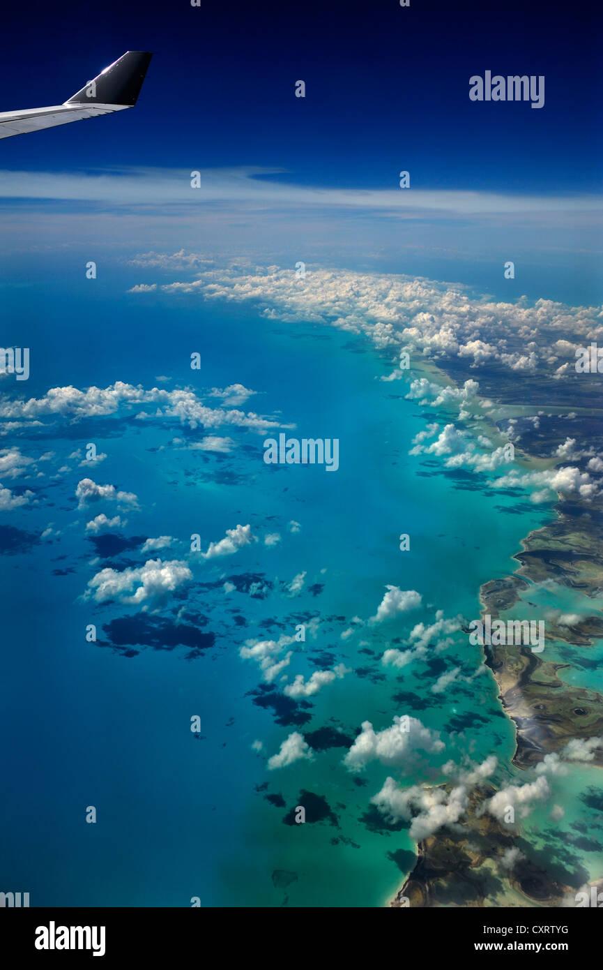 Blick aus einem Flugzeug, Wolken, Ozean und die Flügel eines Flugzeuges, Kuba, Karibik Stockbild