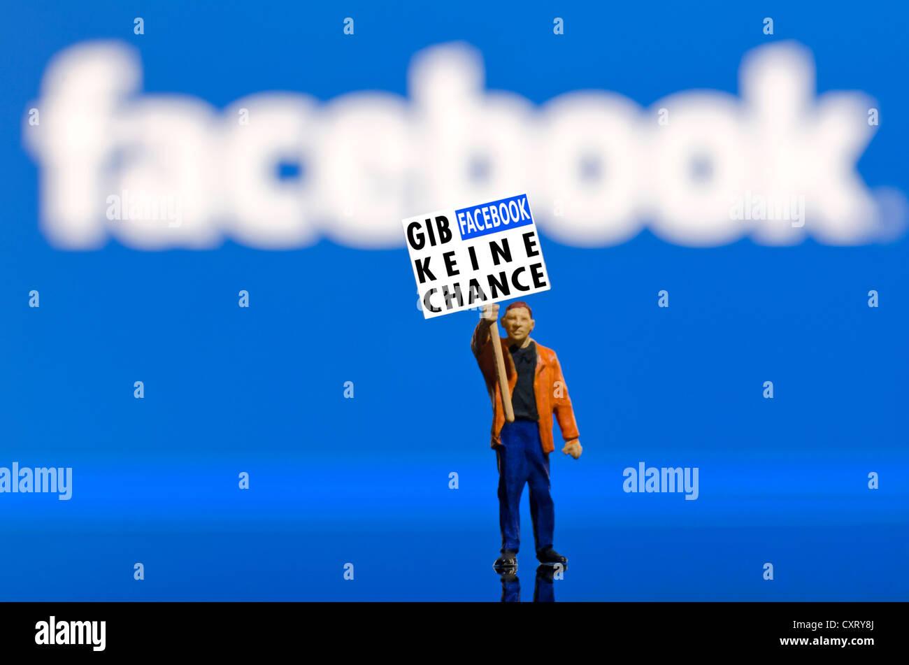 """Demonstrant hält ein Brett, Schriftzug """"Gib Facebook Keine Chance"""", Deutsch für """"Keine Stockbild"""