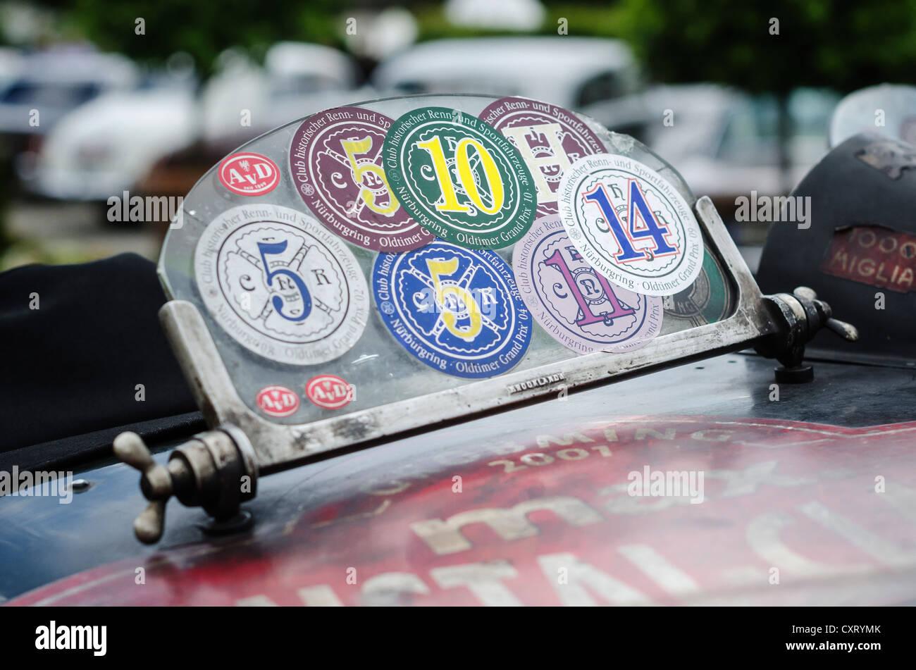 Windschutzscheibe von einem historischen Rennwagen mit Aufklebern, Oldtimer Grand Prix Autorennen, Rennstrecke Nürburgring, Stockbild