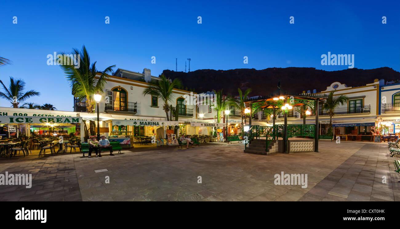 Restaurants und der Uferpromenade bei Dämmerung, Hafen von Puerto de Mogan, Gran Canaria, Kanarische Inseln, Stockbild