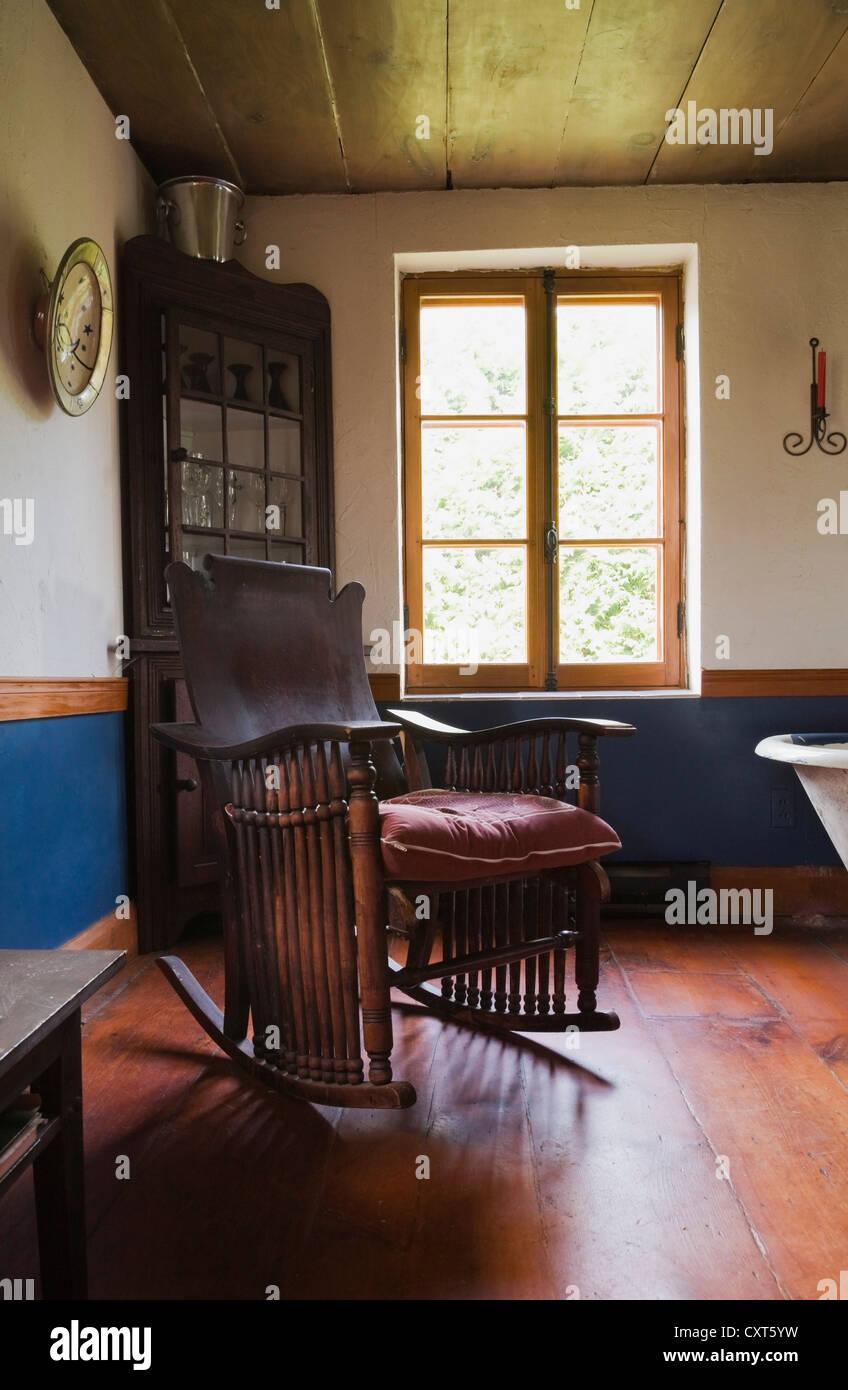 Antiker Schaukelstuhl Und Mobel Im Speisesaal Von Einem Alten