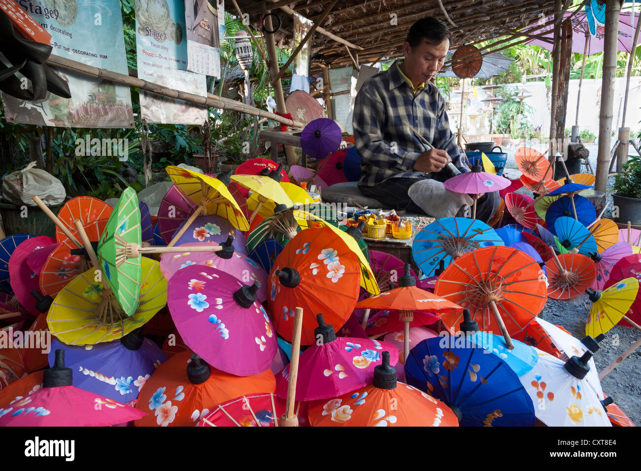 Handwerker produzieren ein buntes Papier Sonnenschirme, Bo Sang, Chiang Mai, Nord-Thailand, Thailand, Asien Stockbild