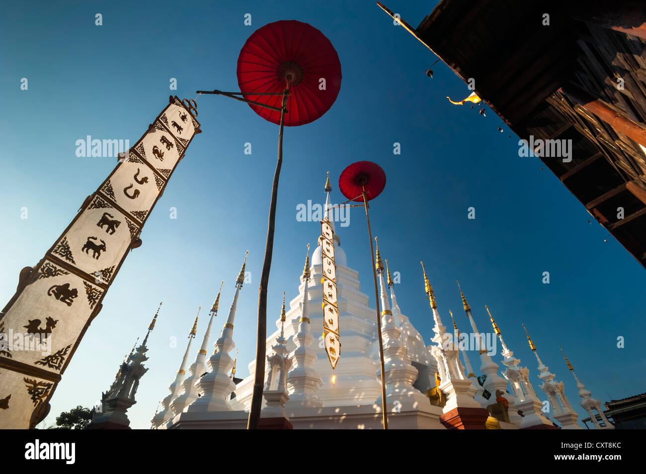 Chedi oder Pagode mit roten Sonnenschirmen, Wat Phan Tao Tempel, Asien, Thailand, Chiang Mai, Nordthailand Stockbild