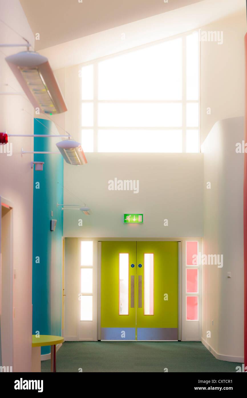 Grundschule Licht, leere Korridore mit Flügeltüren. Stockbild