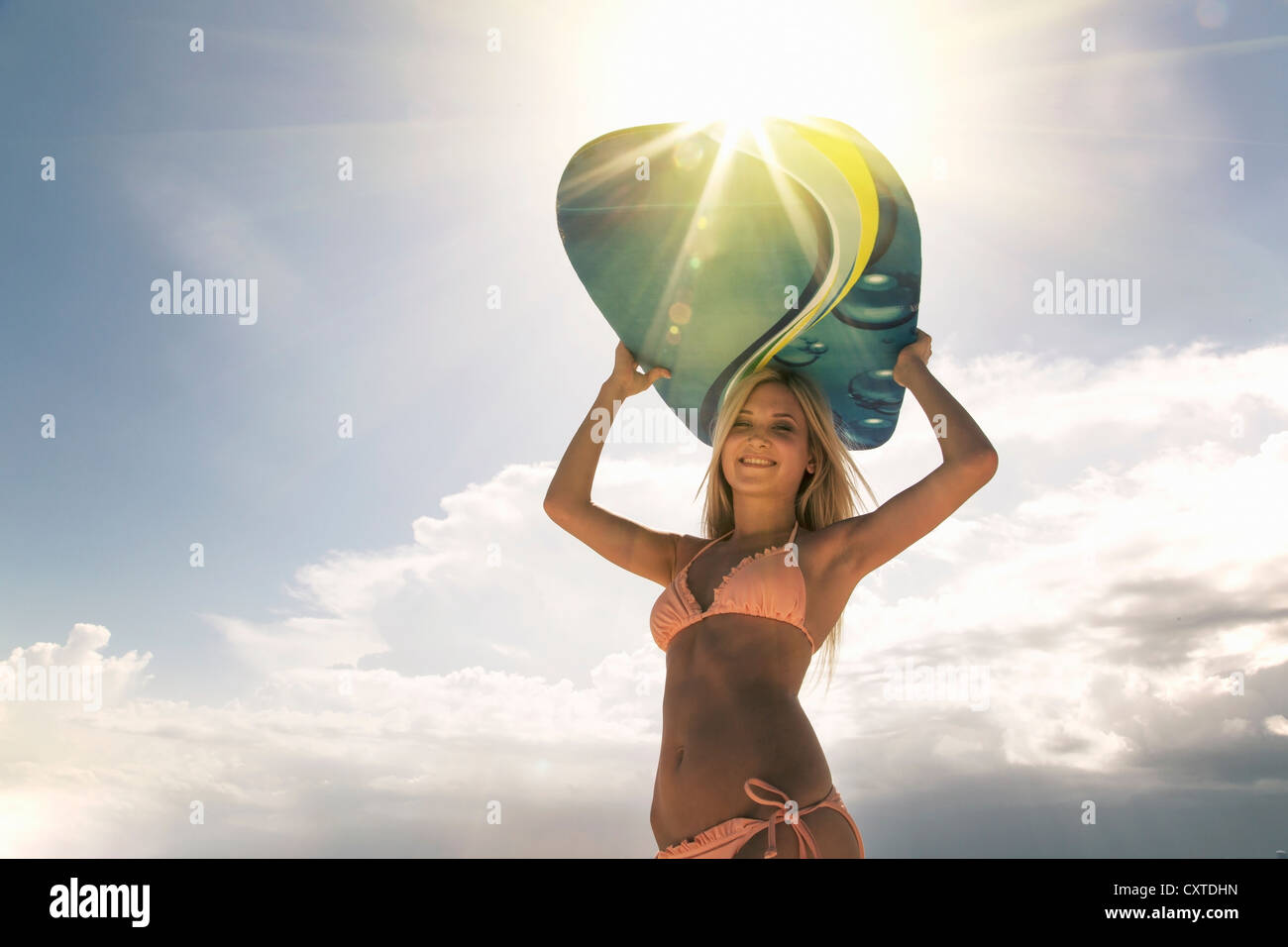 Frau mit Boogie Board im freien Stockbild