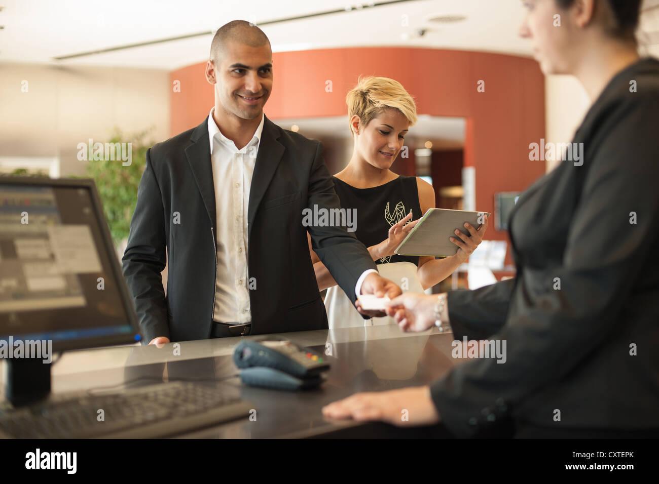 Geschäftsmann in hotel Stockbild