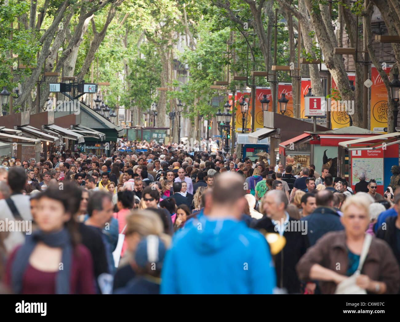 Barcelona, Spanien. Am Abend Menschenmassen Flanieren auf der La Rambla. Stockbild