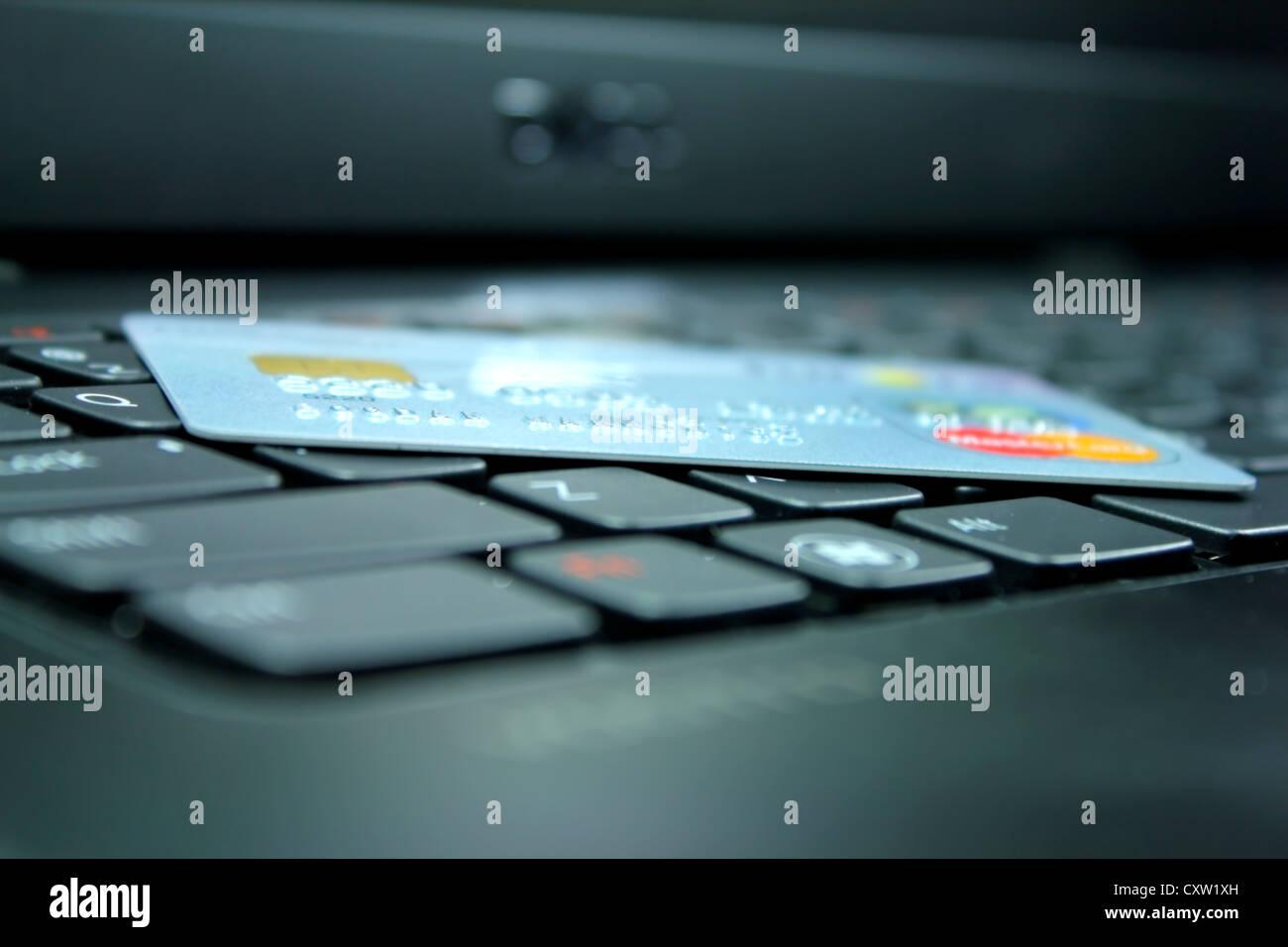 Kreditkarte auf der Tastatur Stockbild