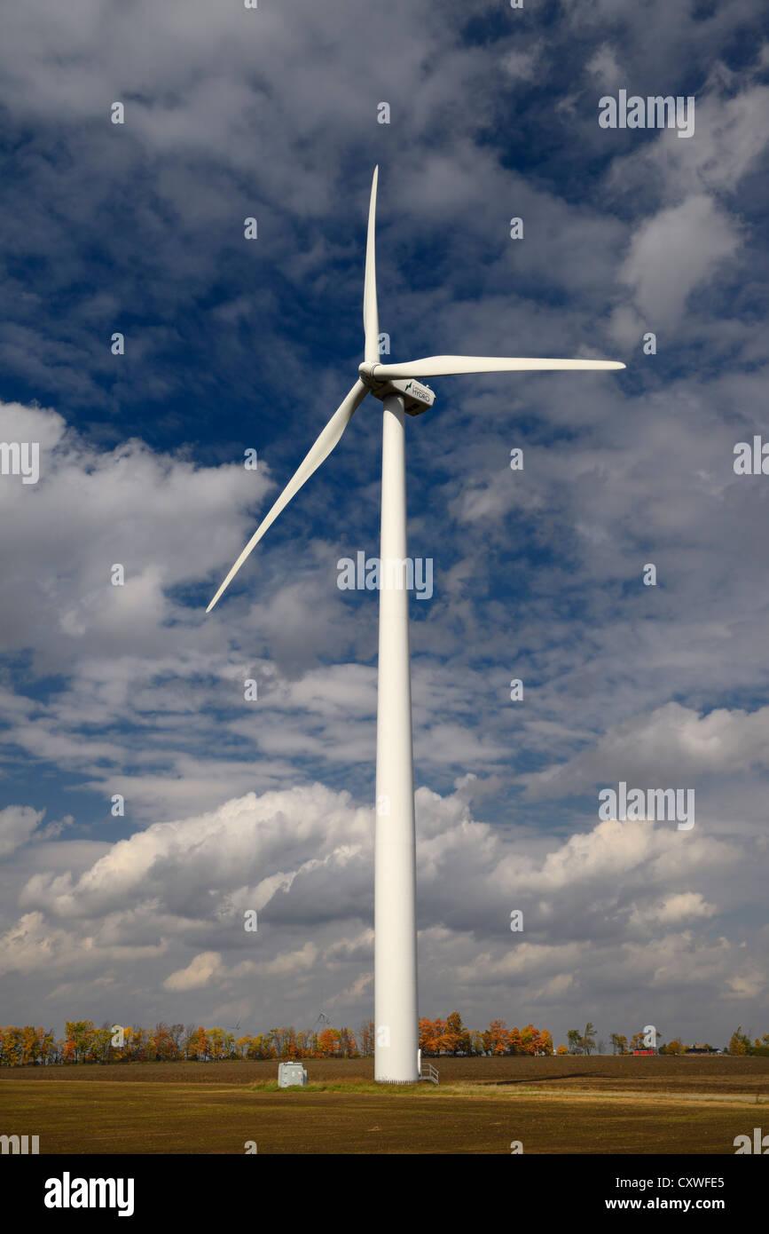 Wind Turbine Stromerzeugung auf Bauernhof Feld mit weißen Wolken im Herbst dufferin Region Ontario Kanada Stockbild