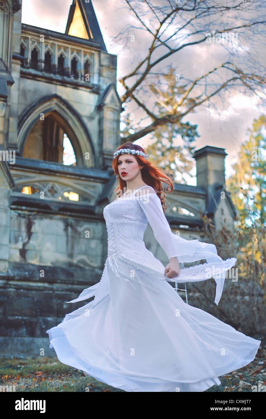 Zwirbelte Madchen Mit Roten Haaren Vor Einer Grossen Burg Tragt Ein