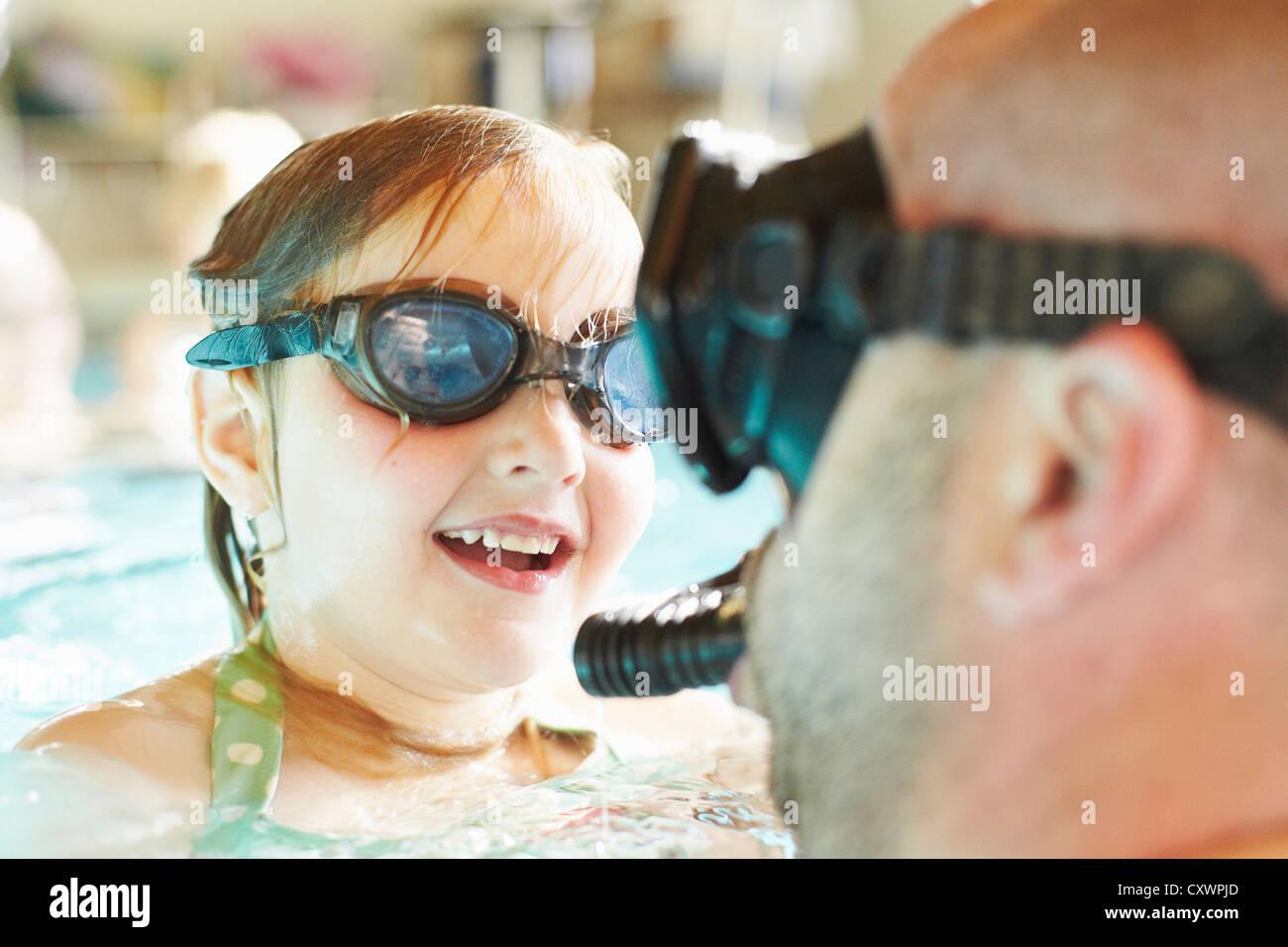 Vater und Tochter, Schwimmen im pool Stockbild