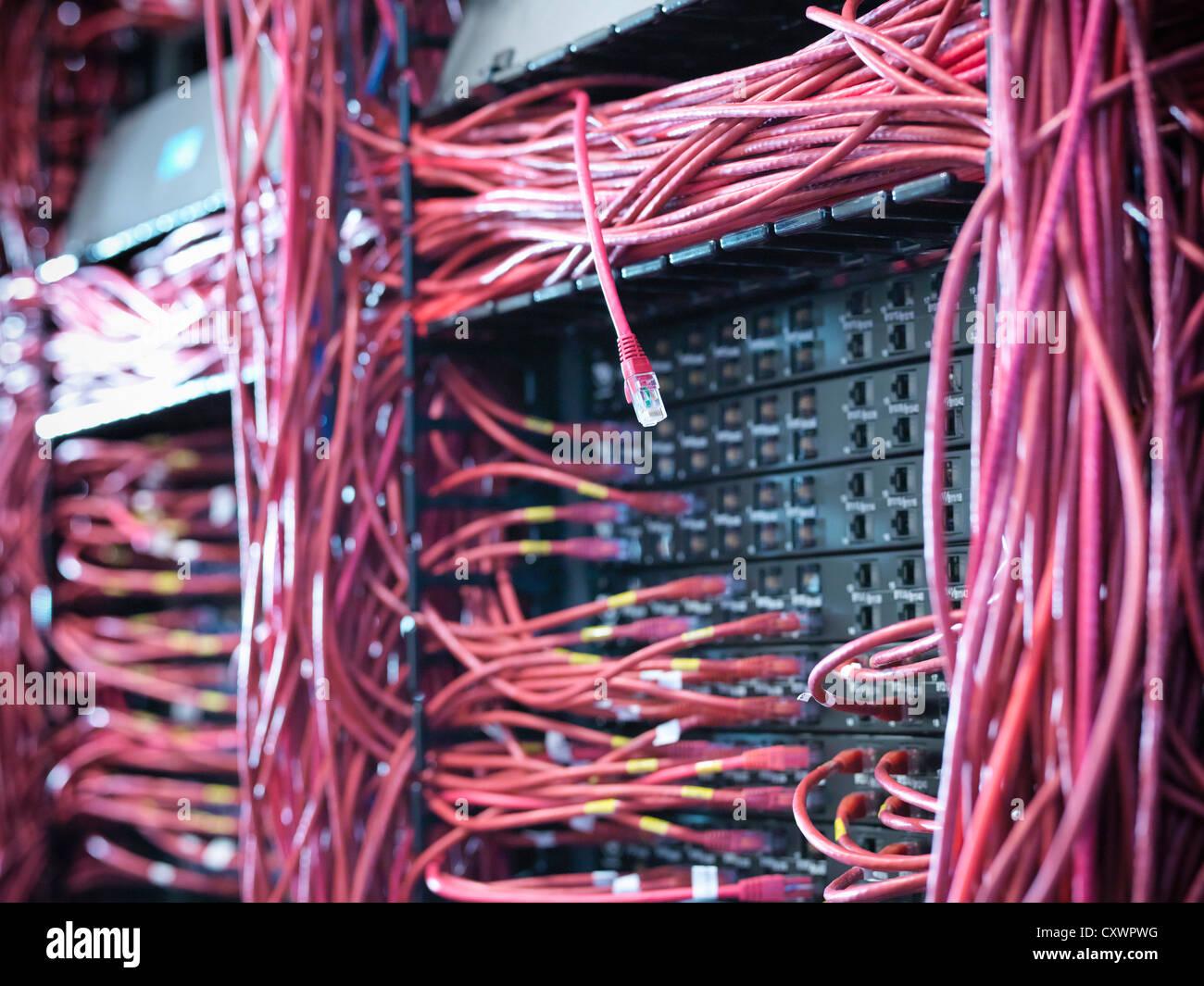 Nahaufnahme von Kabeln im Serverraum Stockbild