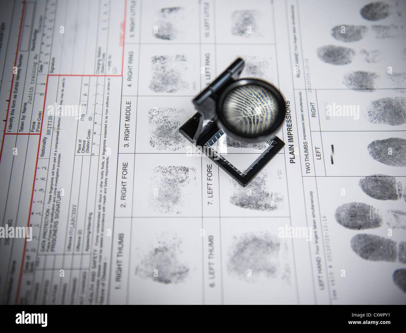 Lupe über Fingerabdrücke auf Verhaftung form Stockbild