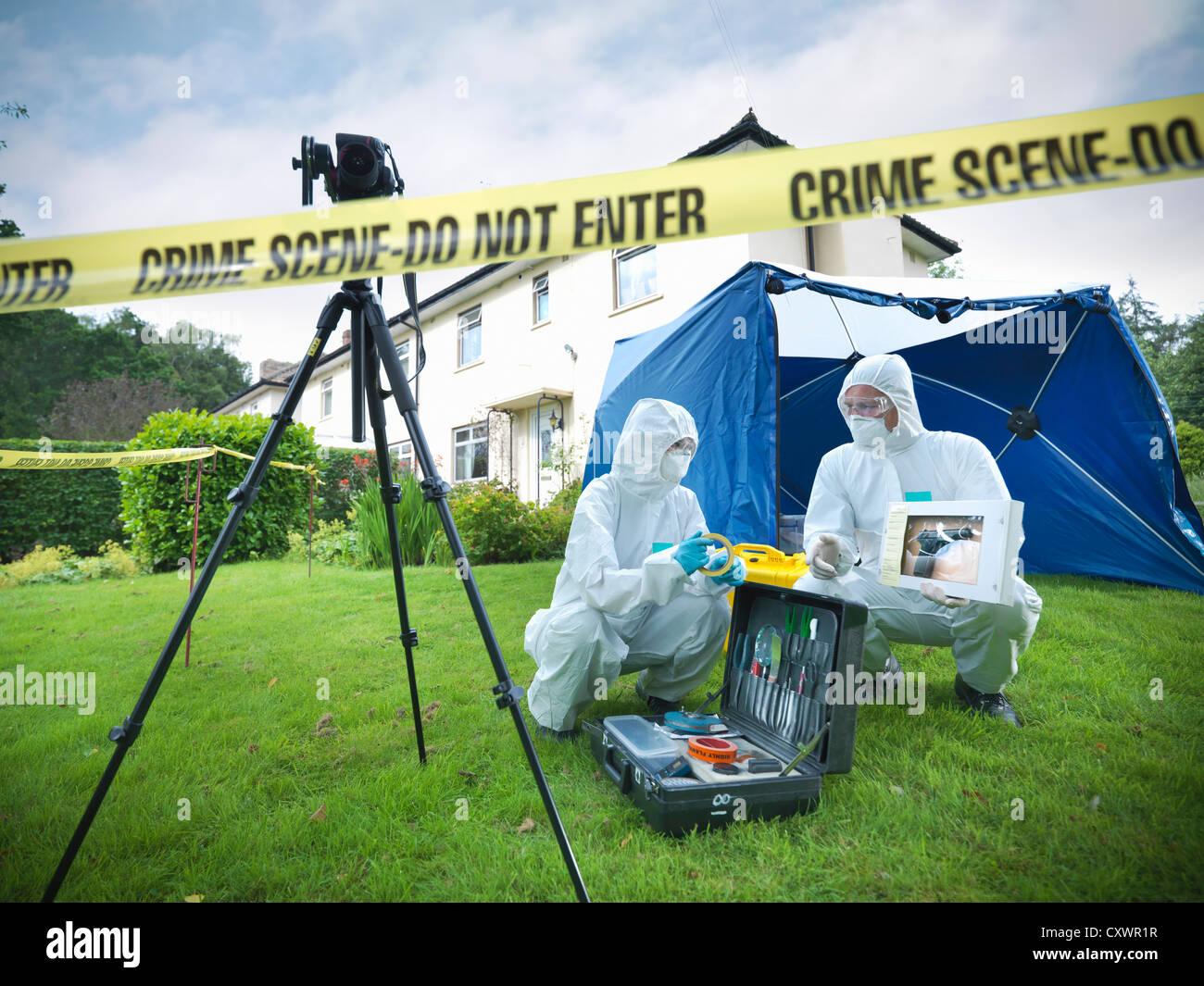 Forensische Wissenschaftler am Tatort Stockbild