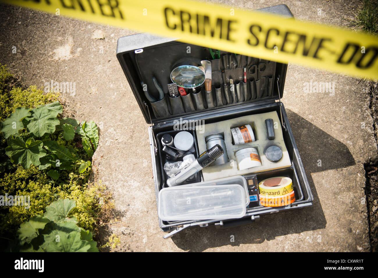 Schachtel mit kriminalistische Ausrüstung am Tatort Stockbild