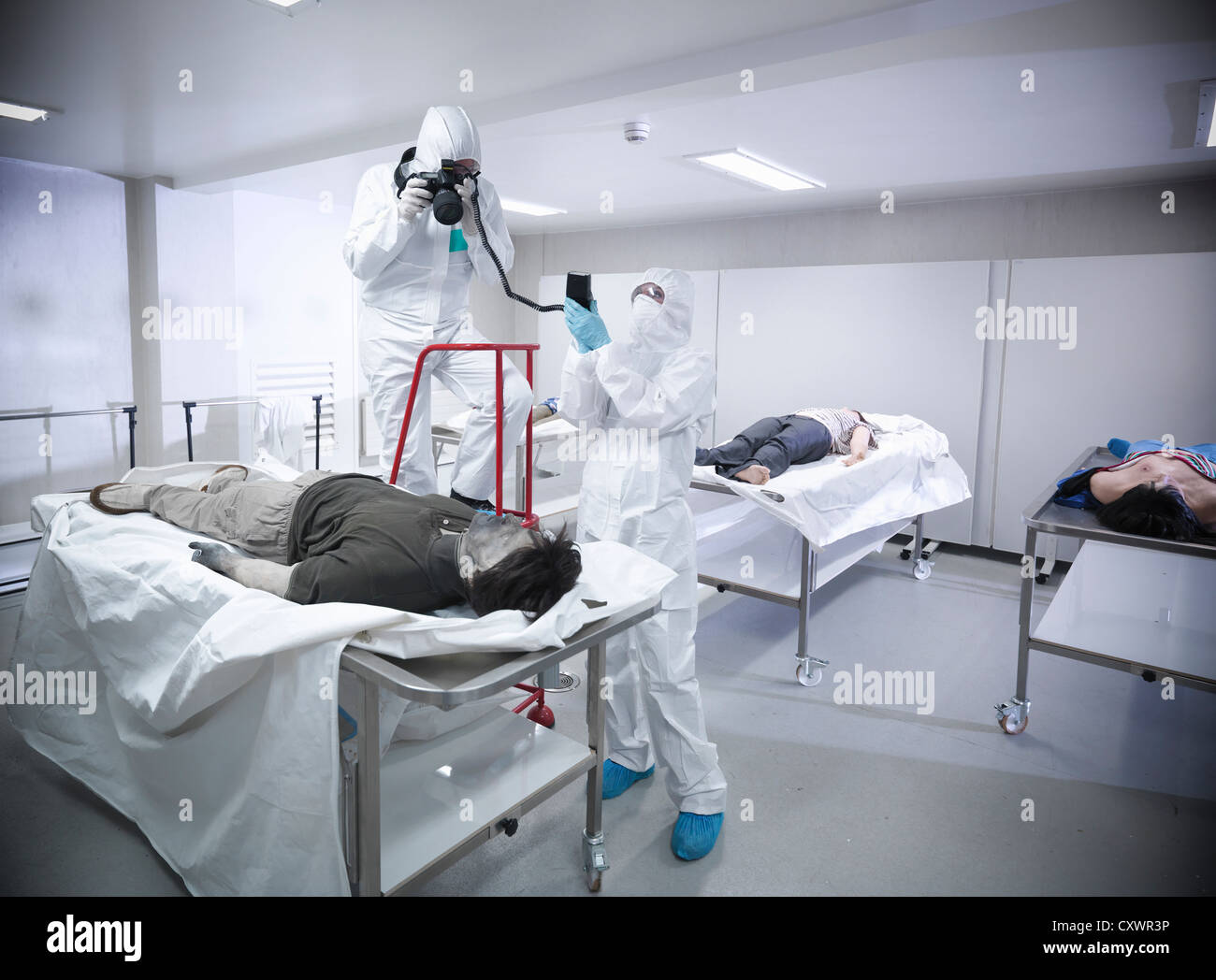 Forensische Wissenschaftler mit falschen Leiche Stockbild