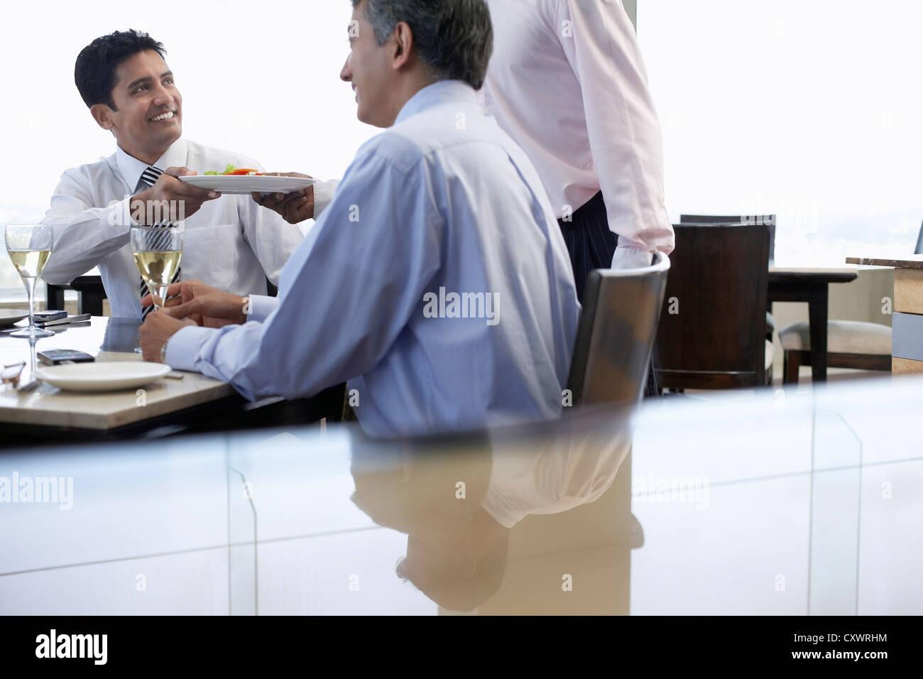 Geschäftsleute, die dem gemeinsamen Mittagessen Stockbild