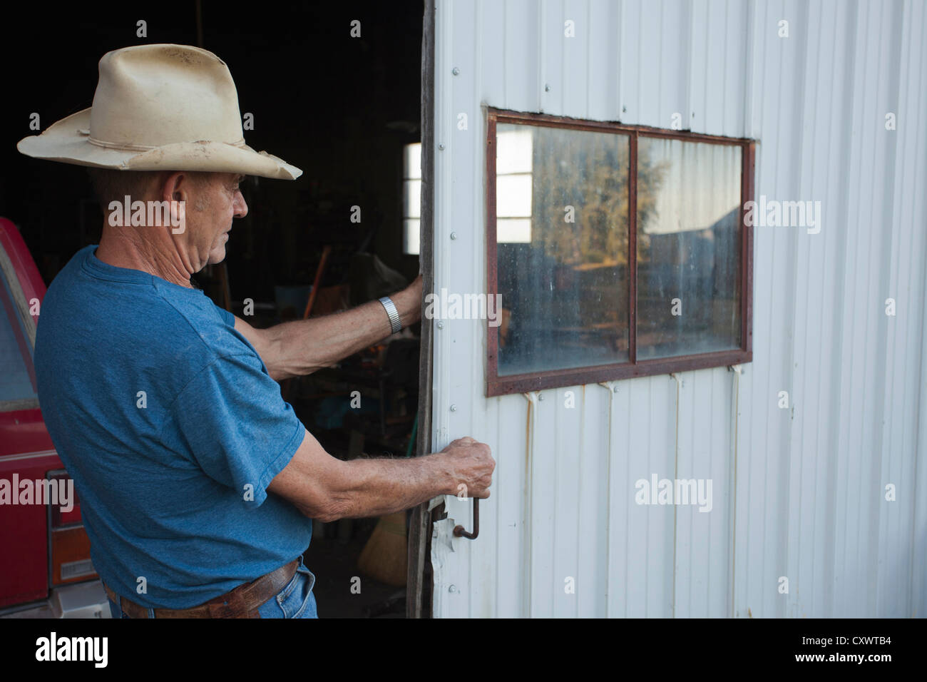 Landwirt schließende Garage Schiebetür Stockfoto, Bild: 50969720 - Alamy