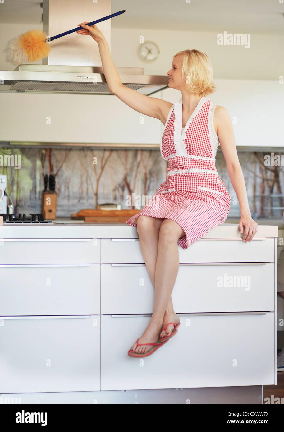 Frau Abstauben Fan in Küche Stockbild