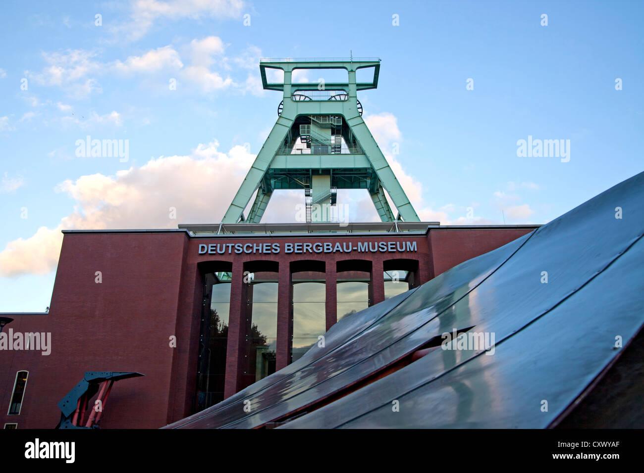 """Das Deutsche Bergbau-Museum """"Deutsche Bergbau-Museum"""" mit Wicklung Turm in Bochum, Nordrhein-Westfalen, Stockbild"""