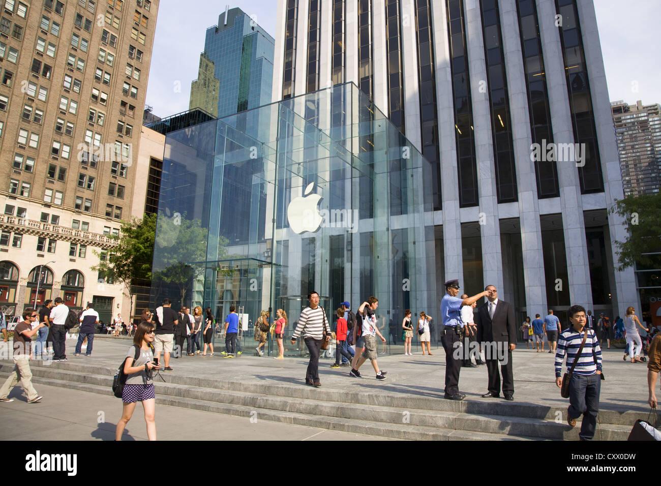 Das berühmte Glas Cube Eingang zum Apple Store auf der 5th Avenue in ...