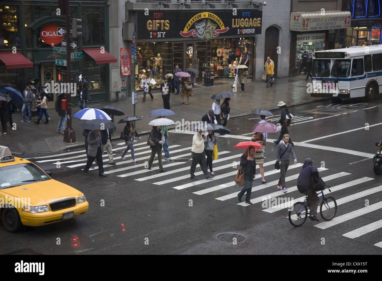 Sonnenschirme, an einem regnerischen Tag auf der 5th Avenue und 46th Street in New York City. Stockbild