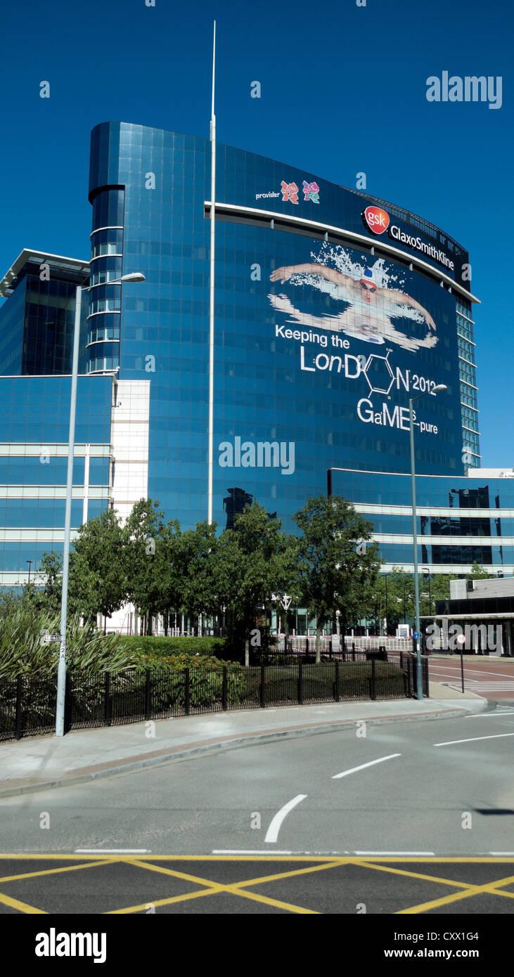 Glaxo Smith Kline Gebäude mit 2012 Olympischen Sponsor Werbekampagne London, England UK KATHY DEWITT Stockbild
