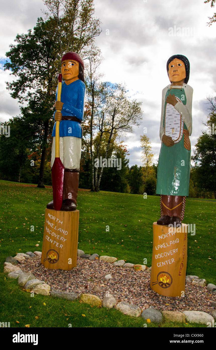 Statuen von Indianern an der North Lakeland Discovery Center in Manitowish Waters, Wisconsin. Stockbild