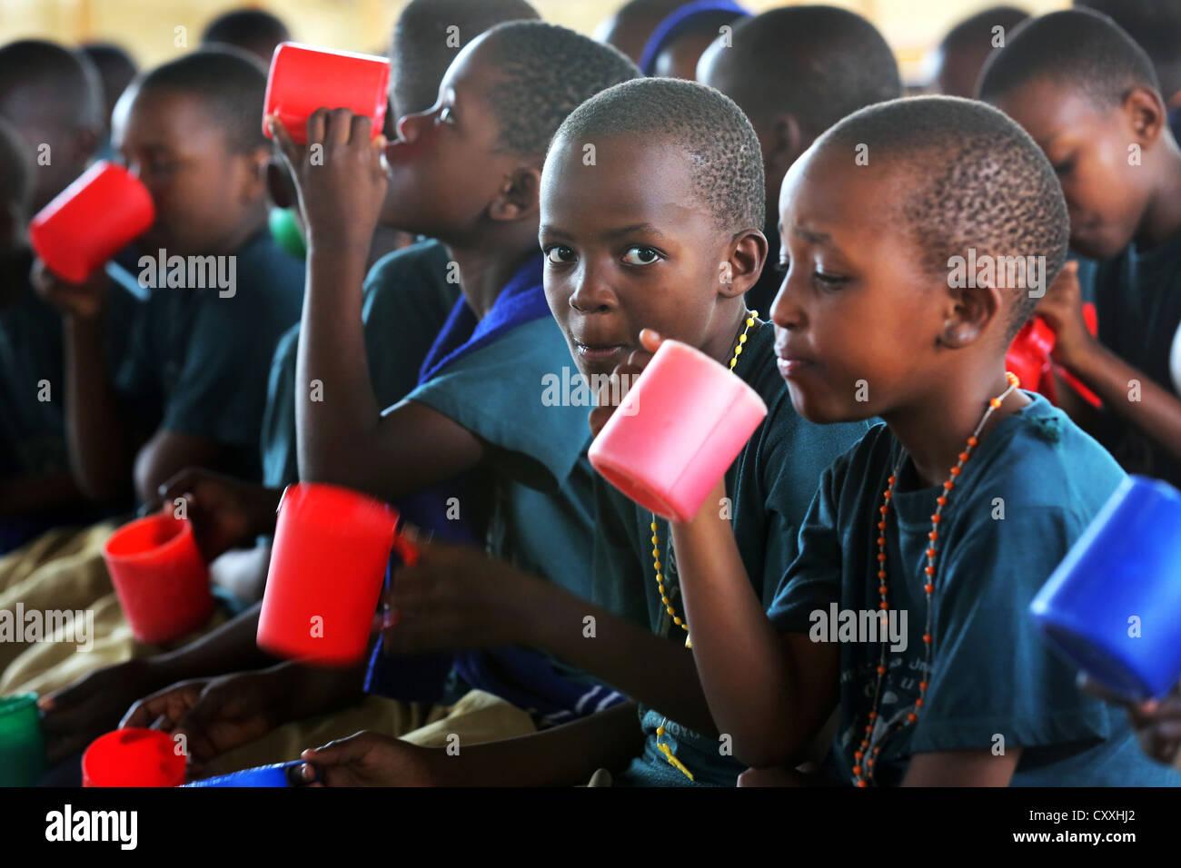 Brei Schulspeisung für Schülerinnen und Schüler an einer Grundschule in Tansania Stockbild