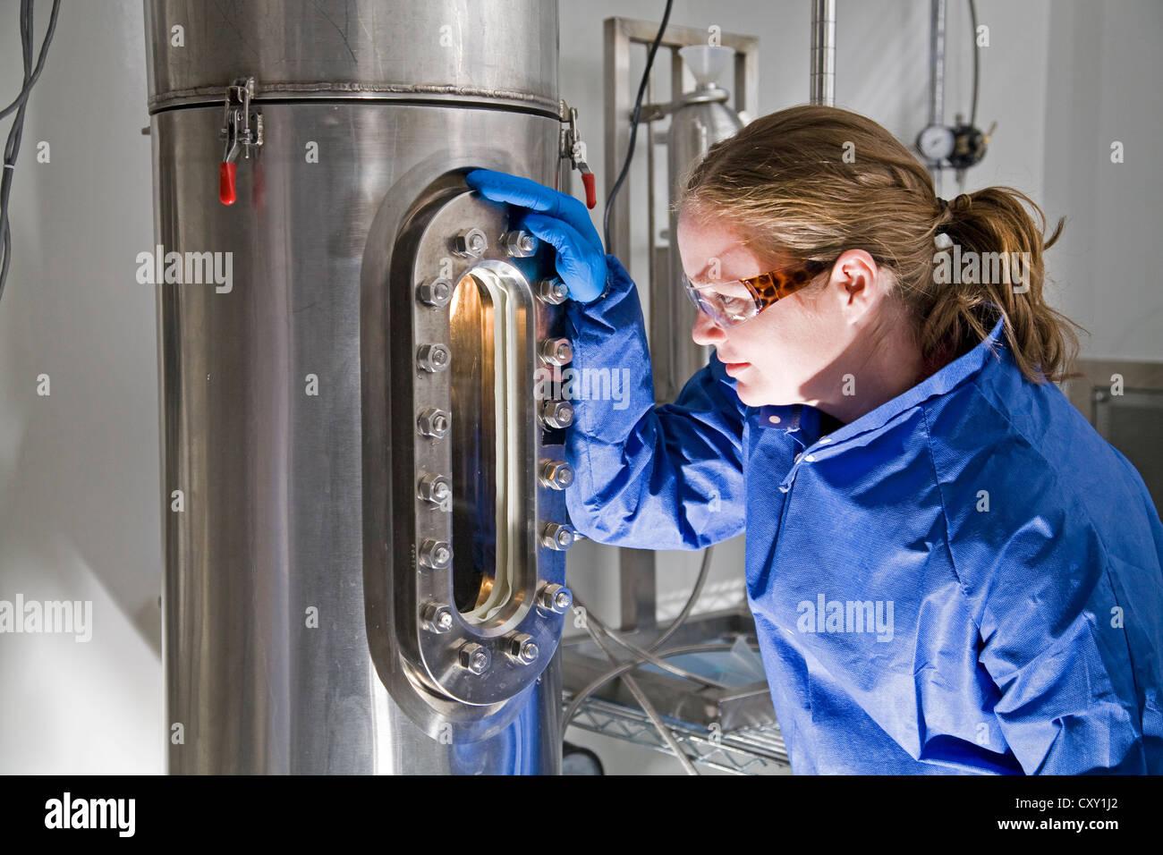 Gekleidet in Fangvorrichtung Chemiker arbeitet in der Forschung an einer ein Pharmacutical Research Laboratory Stockbild