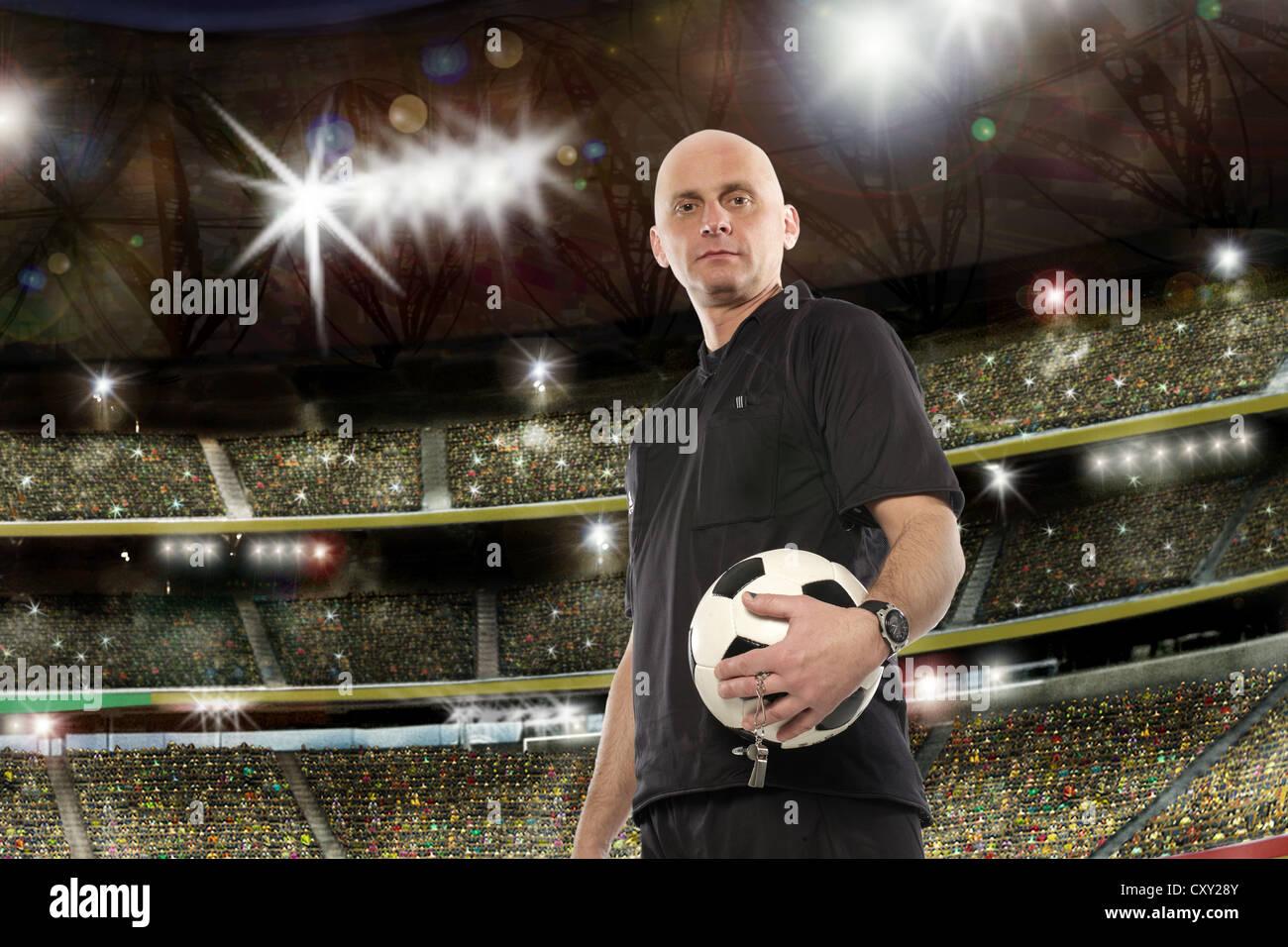 Schiedsrichter mit einem Fußball, Fußball-Stadion Stockbild