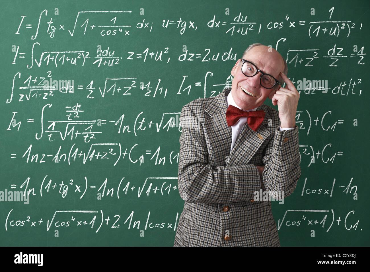 Professor, Lehrer, Tafel, mathematische Formeln, Gleichungen, mathematischen Unterricht, Mathematik Stockfoto