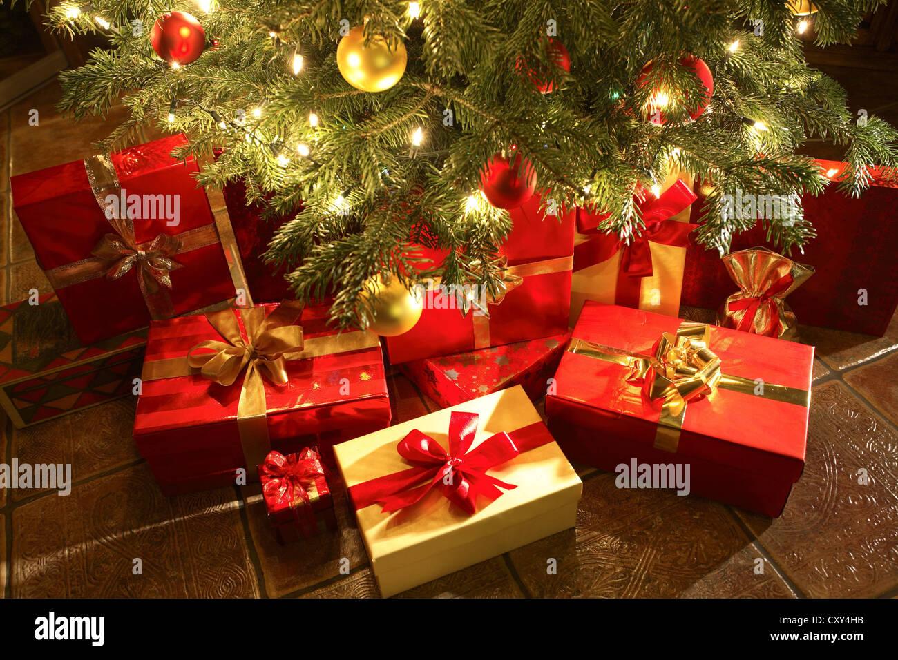 Weihnachtsgeschenke unter einem Weihnachtsbaum Stockfoto, Bild ...